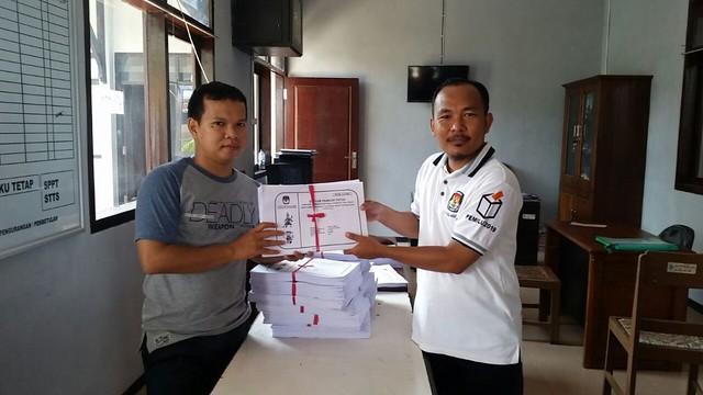 Anam Rifai (baju putih) memperlihatkan DPT yang didistribusikan ke desa/kelurahan se-Tulungagung untuk diumumkan pada masyarakat (27/4)