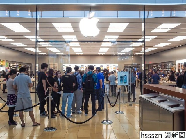 apple-store-toronto-september-people-line-up-front-toronto-canada-september-s-newest-iphones-c-s-34451741_800_600