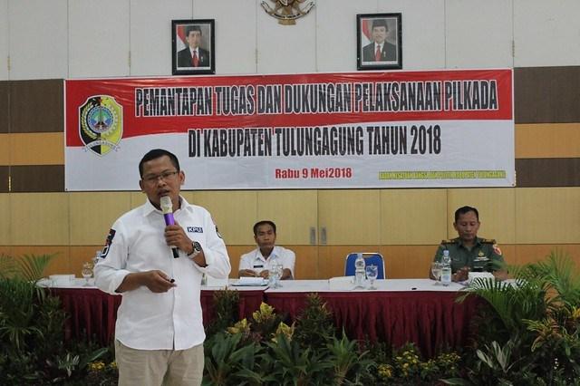 Ketua KPU Tulungagung Suprihno saat menyampaikan materi dalam kegiatan Bakesbangpol Tulungagung di Gedung UNITA (9/5)