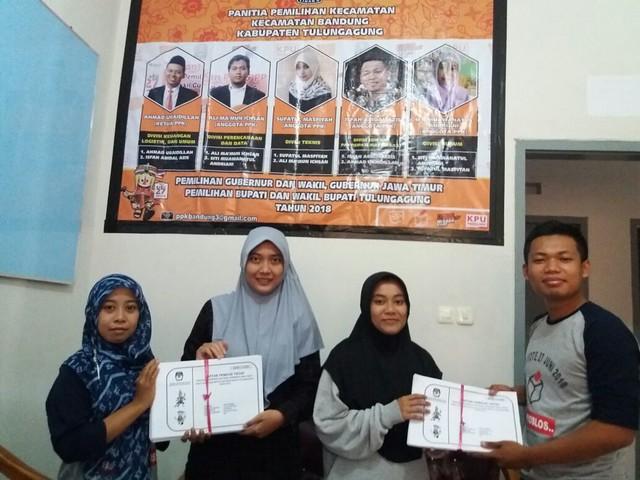 Anggota PPK Bandung divisi SDM dan sosialisasi Isfah Abidal Azis dan divisi hukum Siti Muawanatul Andriani saat menyerahkan hard copy DPT kepada PPS di Sekretariat PPK kantor Kecamatan Bandung (27/4)