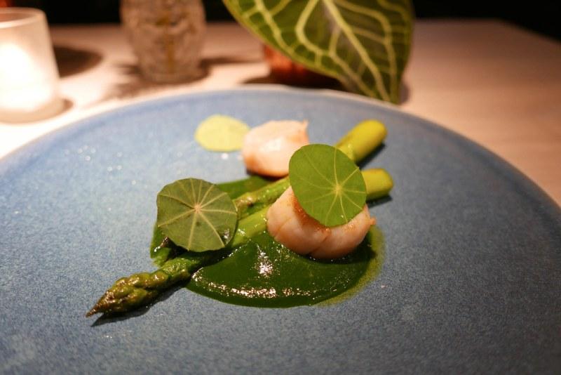 Green asparagus, razor clams, pine | Atsuhi Tanaka | A.T. | Paris, France