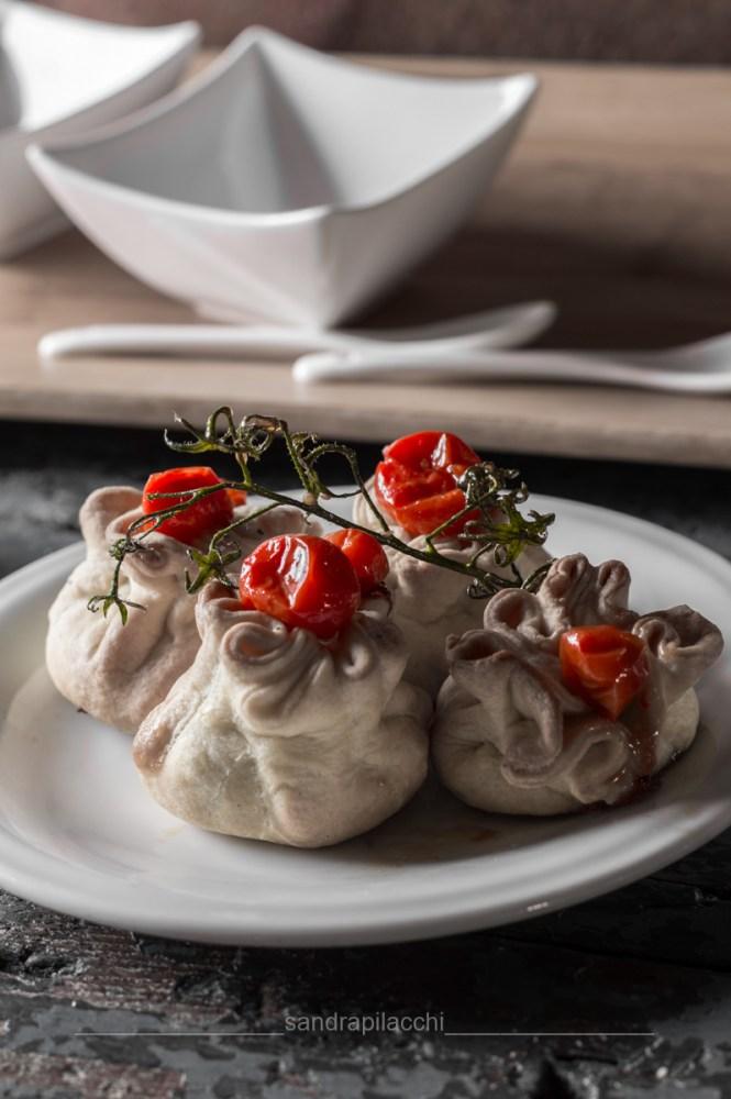 fagottini di brisè, fichi caramellati e caprino - LuigiFantechi - insieme pomodoro bn