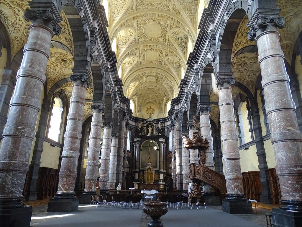 altar y nave mayor interior Iglesia de Saint Loup Namur Belgica 03