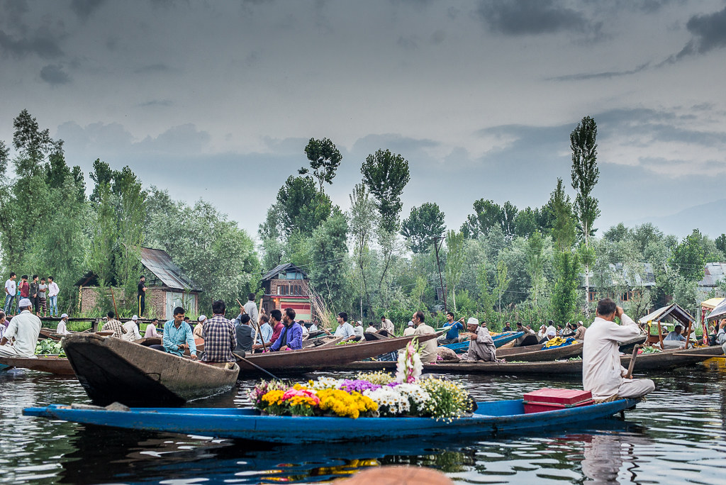FloatingMarketDalLakeSrinagar_001