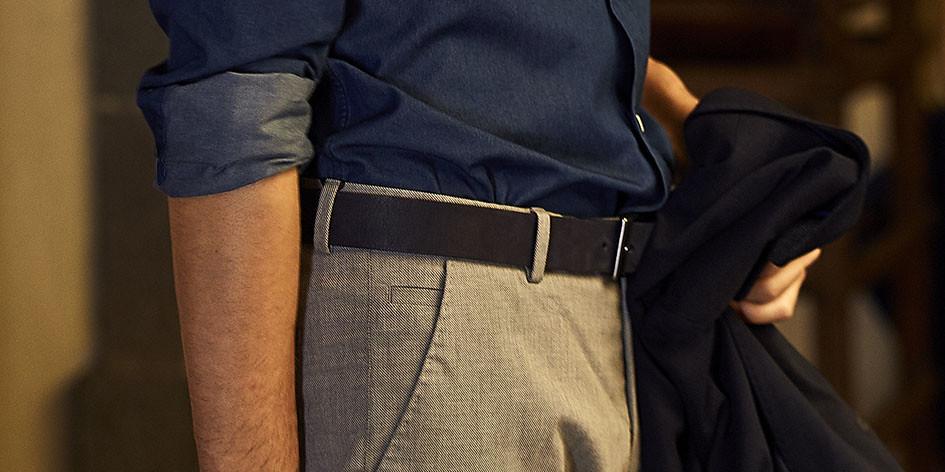Look smart casual masculino con cinturón igara para hombre, pantalón de vestir y camisa azul
