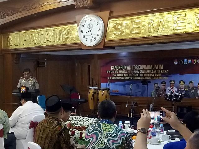 Kapolda Jatim Irjen Mahfud Arifin saat memberikan sambutan di Gedung lantai 2 Tribata polda Jatim Surabaya (25/4)