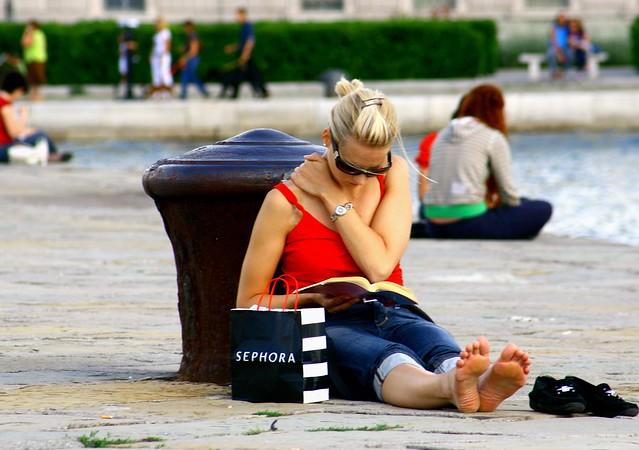Leggere sul molo Audace, a Trieste/luiginter/flickr