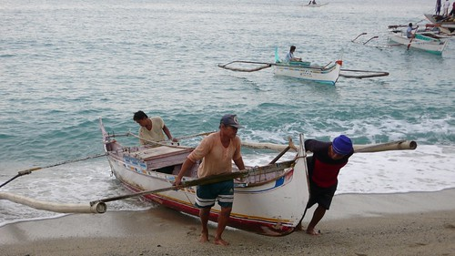 fishermen carrying boat to shore in San Juan Batangas Philippines Buhay Pinoy  Filipino Pilipino  people pictures photos life Philippinen