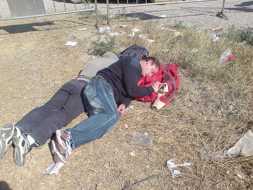 Dos personajes durmiendo la mona en el Monsters Of Rock 2007 en Zaragoza