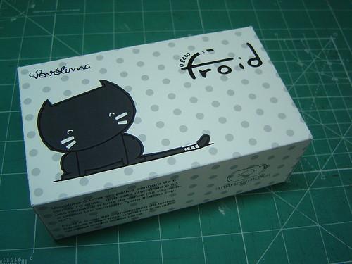 frente da caixa do boneco do gato Froid