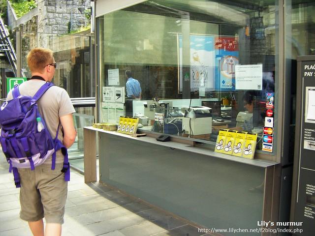 尼正要去櫃台買票,電纜車的費用跟進入城堡高塔的費用是分開的,我們只買了電纜車票而已。