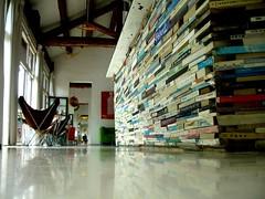 左右間咖啡最有名的書本櫃檯