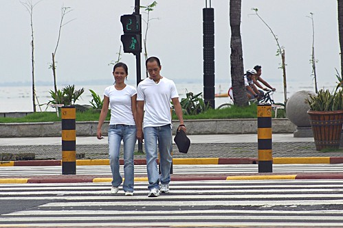 walking strolling around baywalk area while holding hands manila Pinoy Filipino Pilipino Buhay  people pictures photos life Philippinen  菲律宾  菲律賓  필리핀(공화�) Philippines