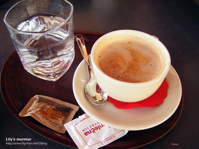 尼點的咖啡,他們的咖啡都會附上一杯水,糖包跟一小塊餅乾。
