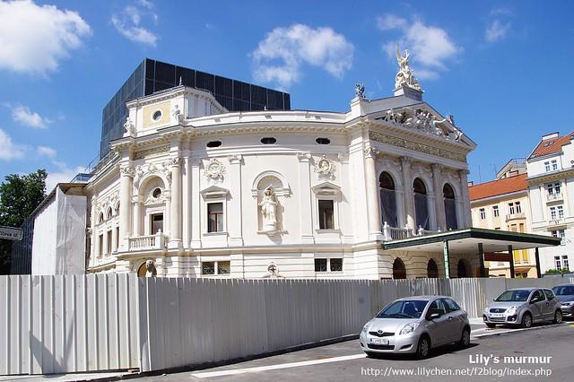 斯洛維尼亞在Ljubljana市內的國家歌劇院,正在整修呢,有點小可惜。