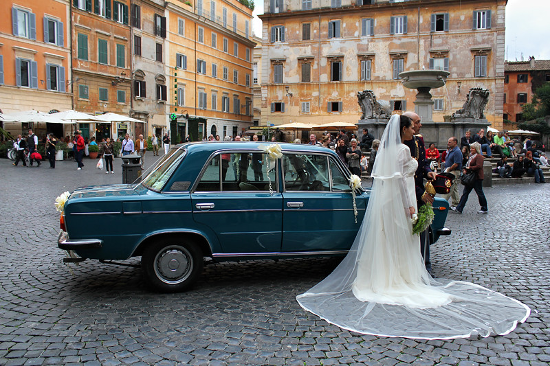 A wedding in Piazza S. Maria in Trastevere - The bride's dress is beautiful