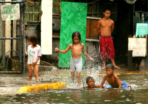 makati flood children playing street Pinoy Filipino Pilipino Buhay  people pictures photos life Philippinen  菲律宾  菲律賓  필리핀(공화�) Philippines