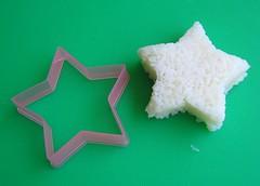Menggunakan cookie cutter sebagai cetakan onigiri # 4