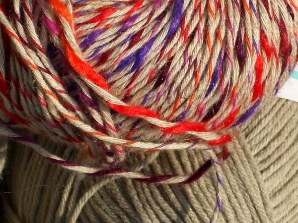 A close-up of the two yarns.