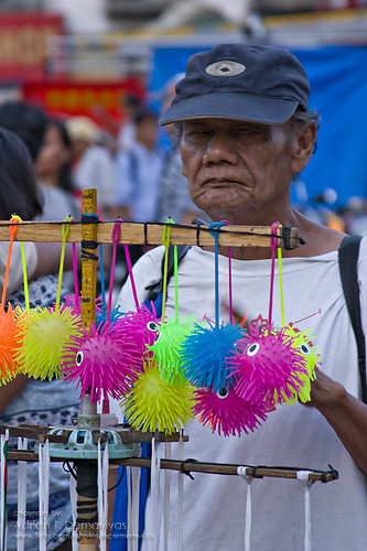elderly man peddles rubber toys in Plaza Miranda, Quiapo Philippines Buhay Pinoy  Filipino Pilipino  people pictures photos life Philippinen  street sidewalk vendor church