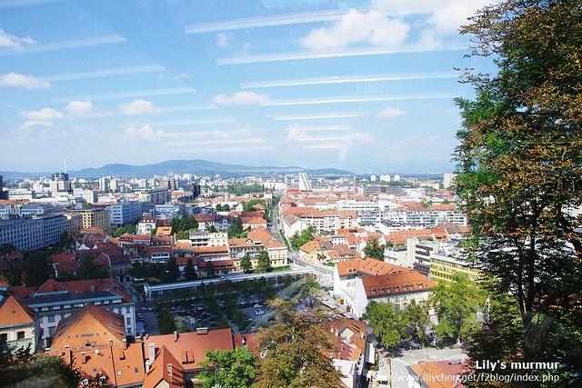 從電纜車上拍下來的風景,Ljubljana真是個不大卻又可愛的城市。天空那邊的是纜車內燈光的反光啦。