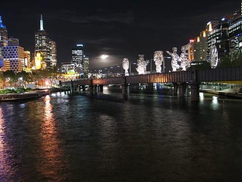 El pont del davant i la LLuna mig amagada