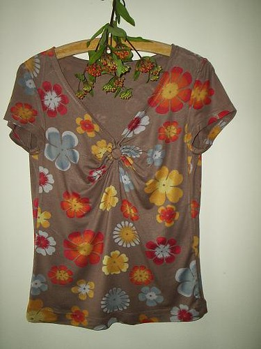 shirt with flower jewllery