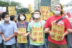 學生們手扣著手,準備面對警察的推擠