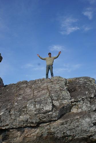 op een groot stuk rots in Sierra de los Padres