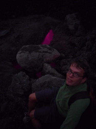 Friedrich wärmt sich an der Lava-Erdspalte, Vulkan Pacaya