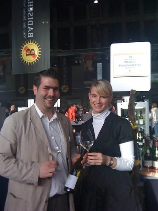 Württemberger Weinkönigin Juliane Nägele und Alexander Ultes am Stand von Weingut Friedrich Kiefer