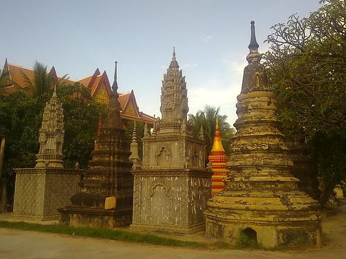 Día 21: Camboya (Siem Reap: Wats Kaseram, Thmei, Prasat Preah y Bo, Residencia Real, Jardín Real y Loto, mercadillos y Bar Street, etc).