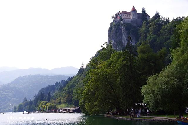 湖旁峭壁上的Bled城堡,以及底下規劃給遊客游泳的區域。