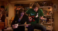 Toca la guitarra