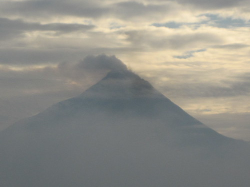 El Merapi echando humo visto desde Borobudur al amanecer
