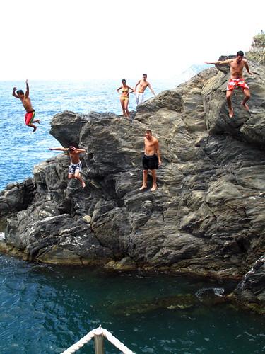 Saltando al mar en Manarola