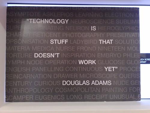 A frase Tecnologia é aquilo que ainda não funciona na foto atribuída a Douglas Adams, na verdade é de Bran Ferren. Foto do Flickr de Andrea in Amsterdam CC-BY-SA