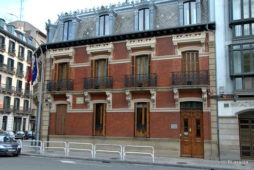 Fachada lateral del edificio de la Cámara de Comercio, en la avenida de las Navas de Tolosa.