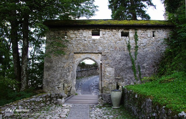 城堡的入口,門口前方有小溝,把小溝上的門板拿起來,要進入城堡就有點難了。