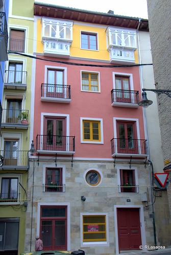Edificio de viviendas recientemente rehabilitado en la calle Curia