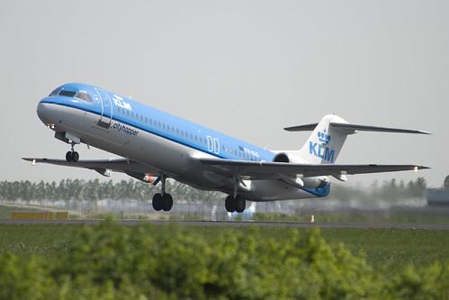 En KLM Fokker 100 rett etter rotasjon.