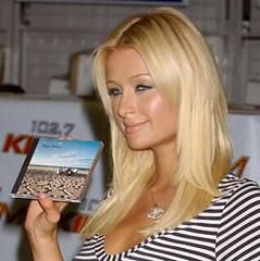 Paris Hilton con su copia de Paisajes Sonoros