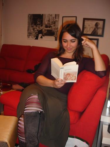Haciendo como que leo en una pose muy natural