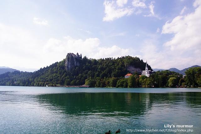 從湖邊另一個角度看Bled湖。