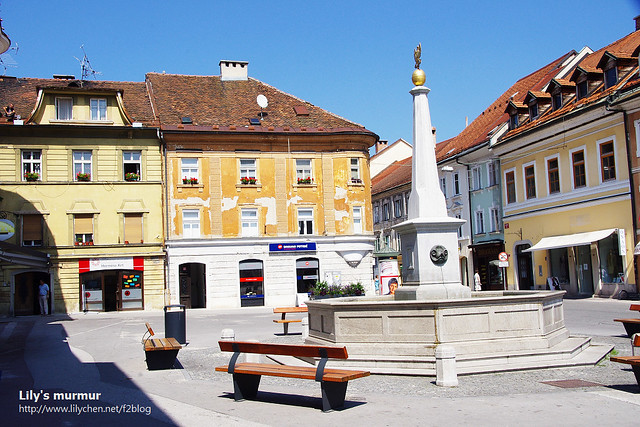 一直都很喜歡歐洲這樣的廣場,可以讓人坐著休息,曬太陽,聊天,看書跟發呆。