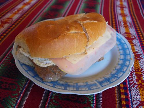 Argentina: Sandwich de milanesa (1)