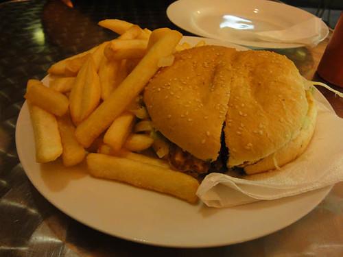 Dean's Diner: Greek burger with chips