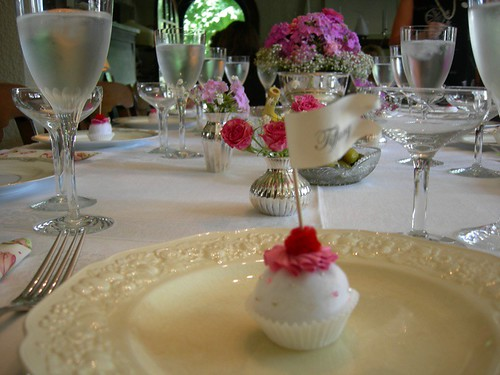 cupcake favor at placesetting