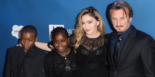 Madonna e Sean Penn surgem próximos em evento e cantora diz que o ama