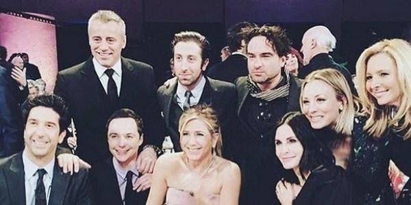 """Elenco de """"Friends"""" se reúne para especial e posa com atores de """"Big Bang"""""""